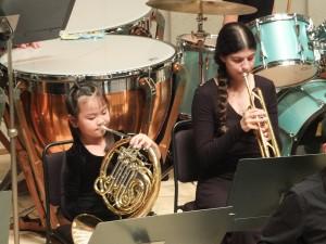 大豊小学校オーケストラとCYCNYは合同で演奏