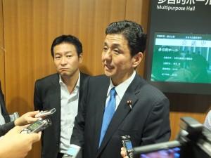 発起人の自民党・岸信夫議員(右)と秋元司議員(左)