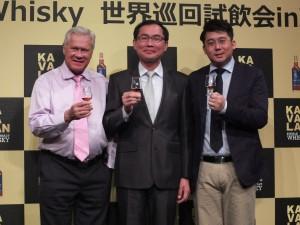 左からKAVALAN主席アドバイザーのジム・スワン氏、金車股份有限公司の李玉鼎社長、KAVALAN主席ブレンダーの張郁嵐氏