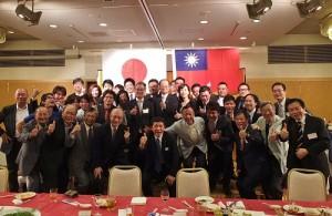 與會賓客和青年部一起合影,展現日本中華聯合總會活力的一面