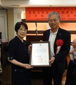 駐大阪辦事處處長蔡明耀頒發海華榮玉章給李聰騏、由夫人代表領獎