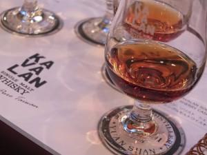 KAVALANウイスキーは、独自の温度管理の自動化システムにより短い期間での蒸留酒の製造・熟成が可能
