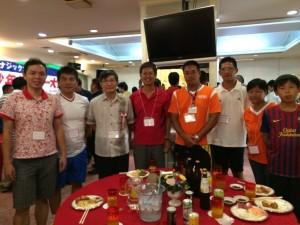駐那霸辦事處處長蘇啟誠(左3)應邀到現場和台灣選手團進行交流