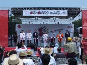 活動主辦單位台灣新聞社社長錢妙玲(左4)和貴賓登台剪綵,為活動揭開序幕