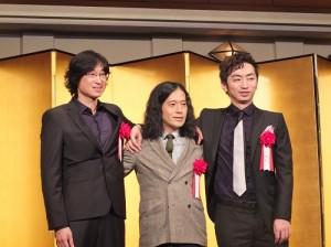 左起為獲得直木賞的旅日台灣作家王震緒,以及獲得芥川賞的又吉直樹和羽田圭介,三人出席第153屆芥川賞和直木賞的頒獎典禮