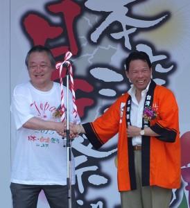 台湾観光協会東京事務所の江明清所長(右)と上野観光連盟の二木忠男会長による日台観光促進の握手