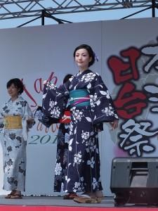 浴衣美人展示日本傳統的浴衣造型