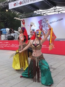 第一次到日本演出的「嘉義火焰舞蹈團」氣勢十足的陣頭演出,驚豔全場