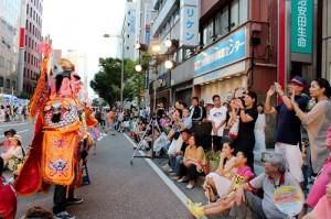 首次在石川縣登場的電音三太子吸引駐足的民眾的目光