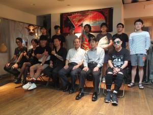 台湾文化センターの朱文清センター長(前列右3)も応援に駆けつけた
