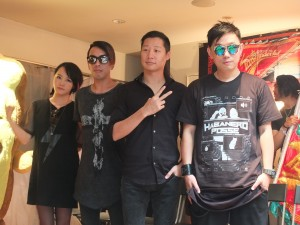 CHTHONIC(ソニック)のボーカル、フレディ・リム(右2)、同じくソニックのDoris(左1)及びJesse(左2)とDJ Mykal(右1)