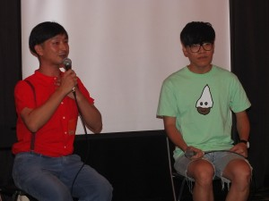 写真家の川島小鳥さん(左)とトークショーを行ったクラウド・ルー(右)。どことなく雰囲気が似ている2人