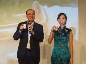 朱センター長(左)と藝家人代表の古後友梨さん(右)