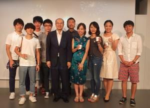 「藝術祭」の日台交流パーティーにて。藝家人のメンバーらと台湾文化センターの朱文清センター長(右5)