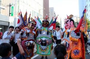 許多日本民眾搶著和電音三太子合影