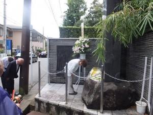 向國父上陸紀念碑獻花致敬