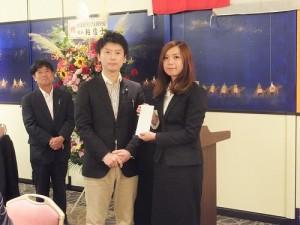 川崎市日華親善協會理事長田中德一郎(左)頒贈獎學金給台灣留學生
