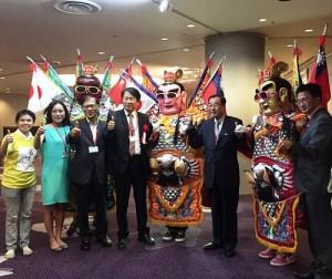 來自台灣的代表團特別和電音三太子合影