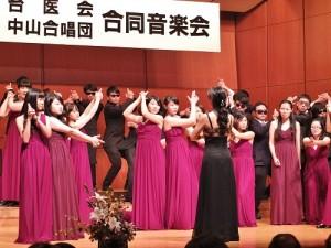 中山醫學大學合唱團演唱電影《不可能的任務》主題曲,俏皮的演出讓台下觀眾熱烈鼓掌