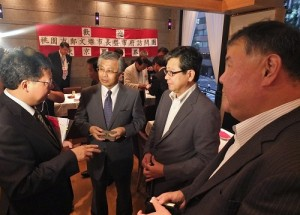 駐日副代表陳調和(左2)僑界領袖時鎮棣(右2)、僑務組組長王東生(右1)與桃園市長鄭文燦(左1)交流