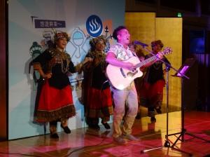 歌手民雄與排灣族姑娘以熱情歌舞帶動會場氣氛