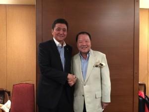 僑界後援會會長詹德薰(右)和日本國會議員岸信夫合影,盼日後可扮演台日交流橋梁