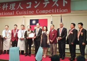 主辦單位頒贈感謝狀給駐橫濱辦事處處長粘信士,感謝駐處的支持與協助