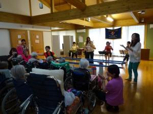魏麗玲老師與學生所組成的玲子樂坊用琴音、歌聲與長輩們交流