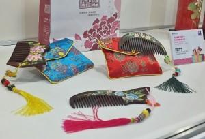 天象國際有限公司推出結合客家花卉彩繪的「紫檀彩繪木梳」