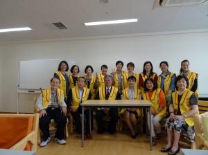 駐大阪辦事處處長蔡明耀伉儷(前排中央)、吹田前市長阪口善雄(前排左2)與志工合影