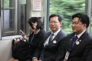 京成本線の特急に乗車する桃園の鄭市長(中央)