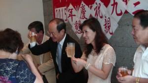 沈斯淳代表與夫人向榮光會成員舉杯致意