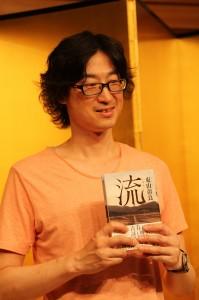 直木賞を受賞した東山彰良さん(提供:中央社)