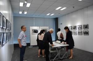 現場有許多民眾到場欣賞,「歲月之旅」攝影展自即日起至10月30日止,在台灣文化中心展出