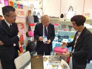 駐日副代表郭仲熙(中)和台灣貿易中心東京事務所所長吳俊澤(左)一起走訪台灣會館,聽取業者的意見