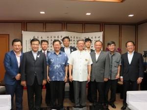 桃園市及宜蘭縣參訪團一行人與沖繩縣知事會談後合影
