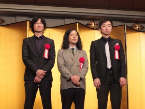 東山さん(左)は芥川賞を獲得した又吉直樹さん(中央)と羽田圭介さん(右)と受賞式に出席