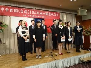 神戶華僑總會理事和留學生齊唱國歌為晚會揭幕