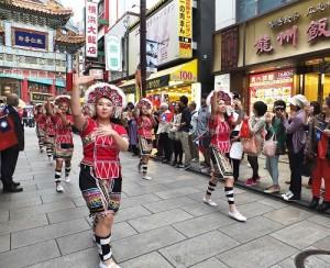 橫濱中華學院學生身穿原住民服飾,隨著音樂舞動