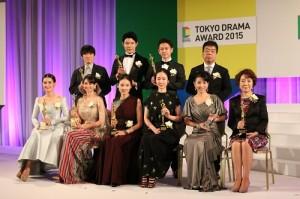 演出日劇《天皇御廚》的佐藤健(後排右2)、鈴木亮平(後排右3)和女星黑木華(前排右3)分別獲頒最佳男演員、最佳男配角和最佳女演員