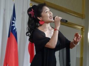 旅日歌手寒雲演唱多首歌曲為晚會助興