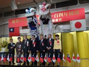 與會來賓與橫濱中華學院校友會雙獅合影。左起京都華僑總會會長魏禧之伉儷、名譽會長張茂勳、前副總統蕭萬長、右起駐大阪辦事處處長蔡明耀伉儷