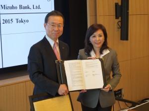 覚書を交わしたみずほ銀行の林信秀頭取(左)と台湾銀行の李紀珠理事長(右)