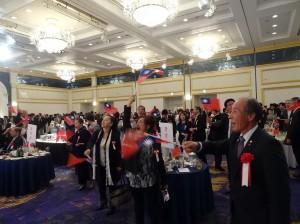 僑胞、日本友人熱情揮舞國旗 歌唱中華民國頌