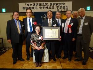 駐大阪辦事處處長蔡明耀(右2)偕文教組秘書羅國隆(左1)到場向李忠儒伉儷致賀