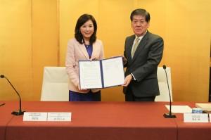 全国銀行協会の佐藤康博会長(右)と中華民国銀行公会の李紀珠会長(右)