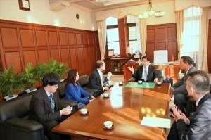 駐橫濱辦事處處長粘信士伉儷和靜岡市議會正副議長交換意見