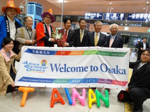 大阪觀光局局長溝畑宏(後排左2)率領職員身著日本祭典裝扮 迎接台南團抵達。
