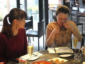 台湾茶の香りも楽しむ生徒さん
