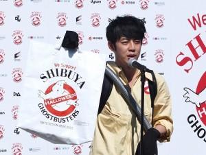 活動發起人,日本搞笑藝人西野亮廣表示事先報名的500位義工,可獲得特製的行動垃圾袋